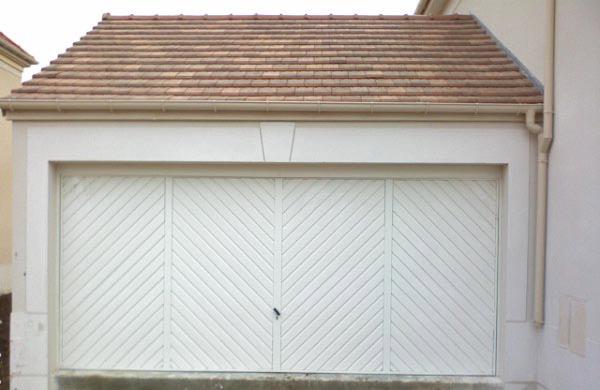 Porte de garage avec remplissages spécifiques